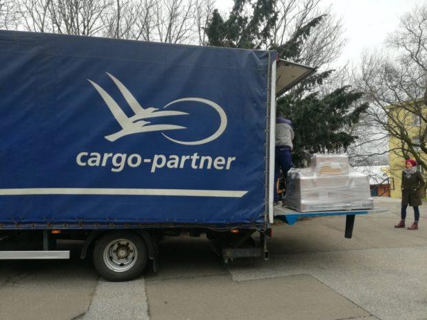 cargo-partner daroval 1160 párov obuvi na dobročinné účely
