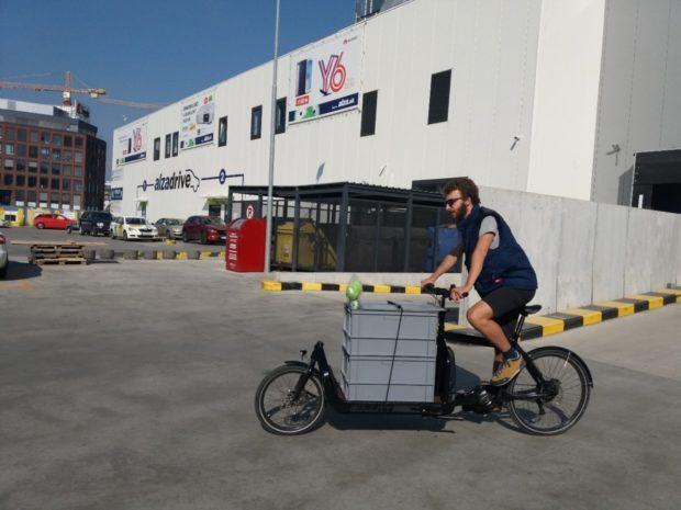 Zásielky z Alzy doručujú v Bratislave aj kuriéri na elektrobicykloch