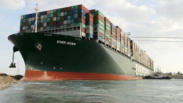 Egypt pre uviaznutú kontajnerovú loď v Suezskom prieplave chce odškodné